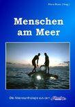 Menschen am Meer mit einer Buchklappe von Meereswissenschaftler Prof. Hans Fricke